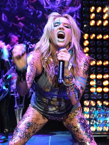 Kesha во время своего концерта