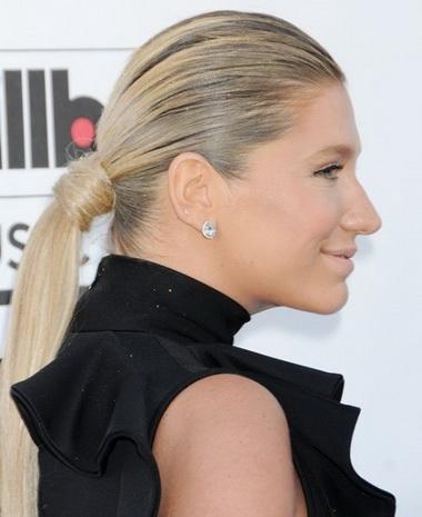 Кеша явилась на Billboard с перхотью в волосах