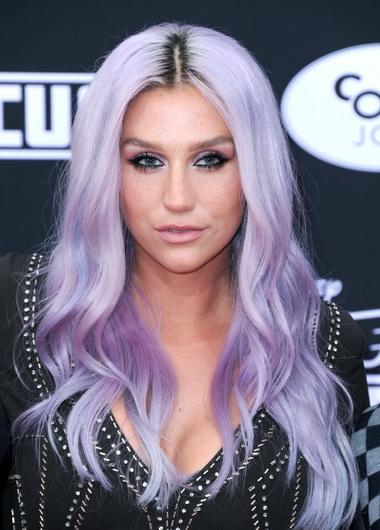 Кеша с фиолетовыми волосами.