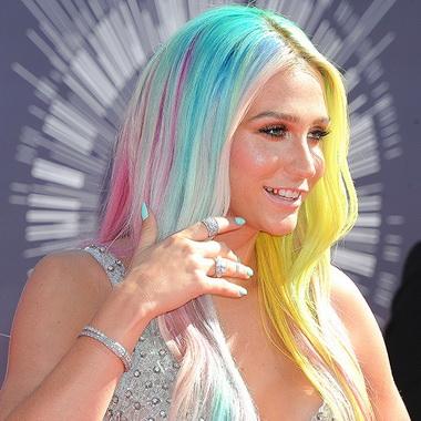 Кеша с разноцветными волосами.